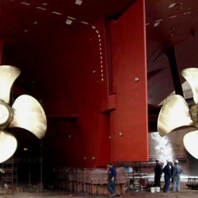 Foto Zwei sichtbare Propeller unter einem Schiff in 1000x430px | Propeller Service GmbH Bremerhaven