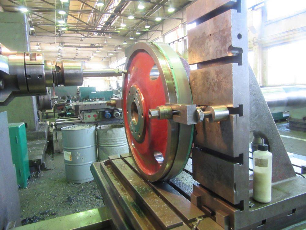 Foto Servokolben wird auf einem Bohrwerk bearbeitet in 1000x750px | Propeller Service GmbH Bremerhaven