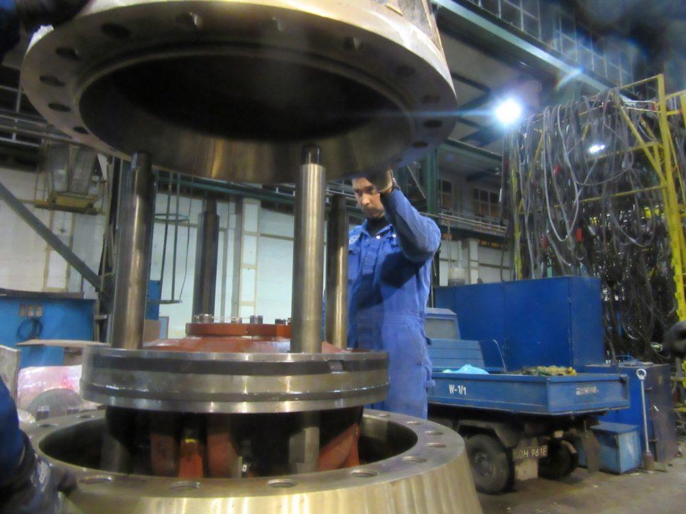 Foto Servozylinder wird montiert in 1000x750px | Propeller Service GmbH Bremerhaven
