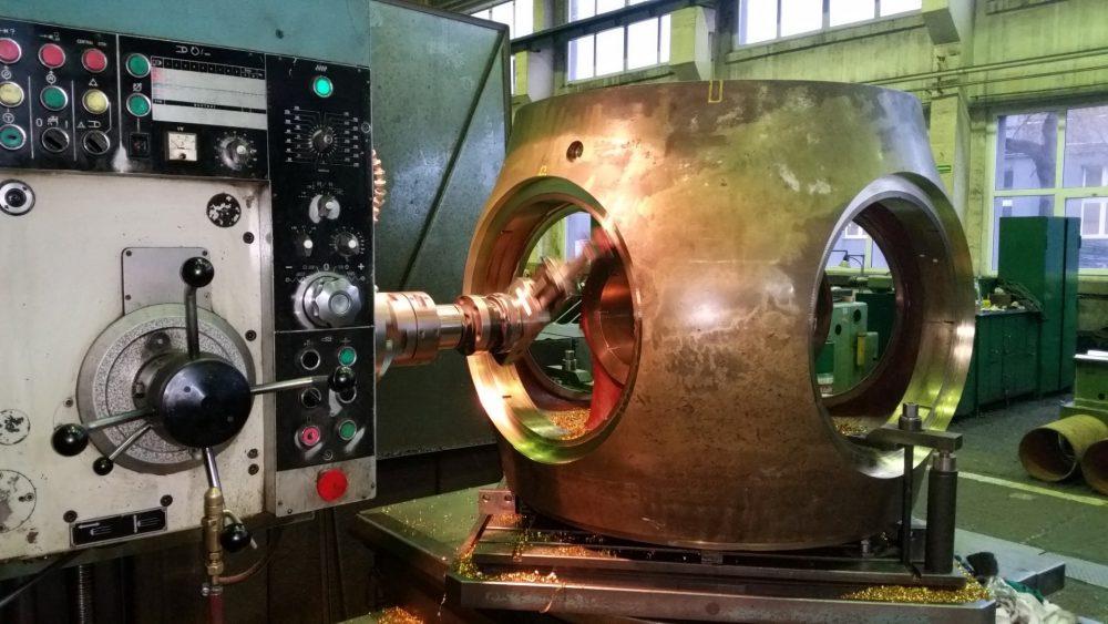 Foto Propellernabe wird auf einem Bohrwerk bearbeitet in 1000x563px | Propeller Service GmbH Bremerhaven