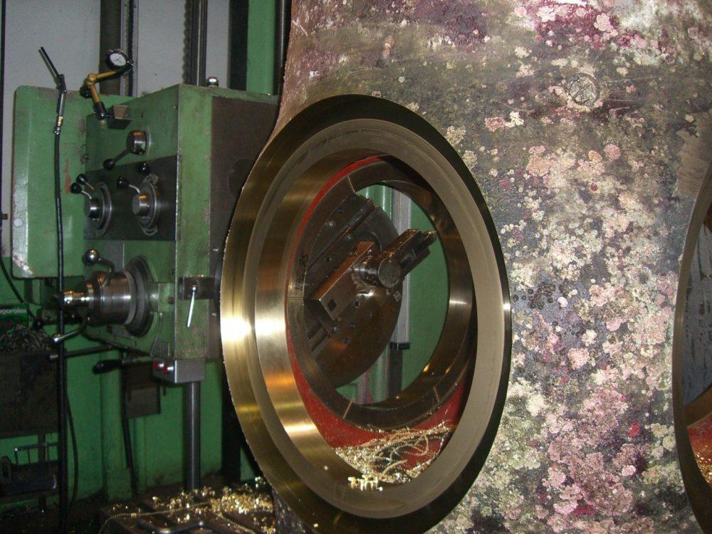 Foto Eine Propellernabe wird maschinell bearbeitet in 1000x750px | Propeller Service GmbH Bremerhaven